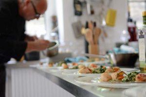 10_Kitchennerds Hamburg Mietkoch Michael Skubsch richtet Jacobsmuscheln an_Foto_Anika Eggers